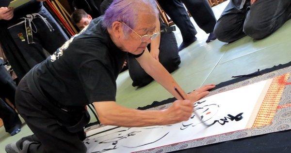 Soke pintando durante la clase.