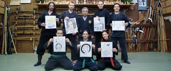 El grupo recibe pinturas hechas por Noguchi Sensei para cada uno.